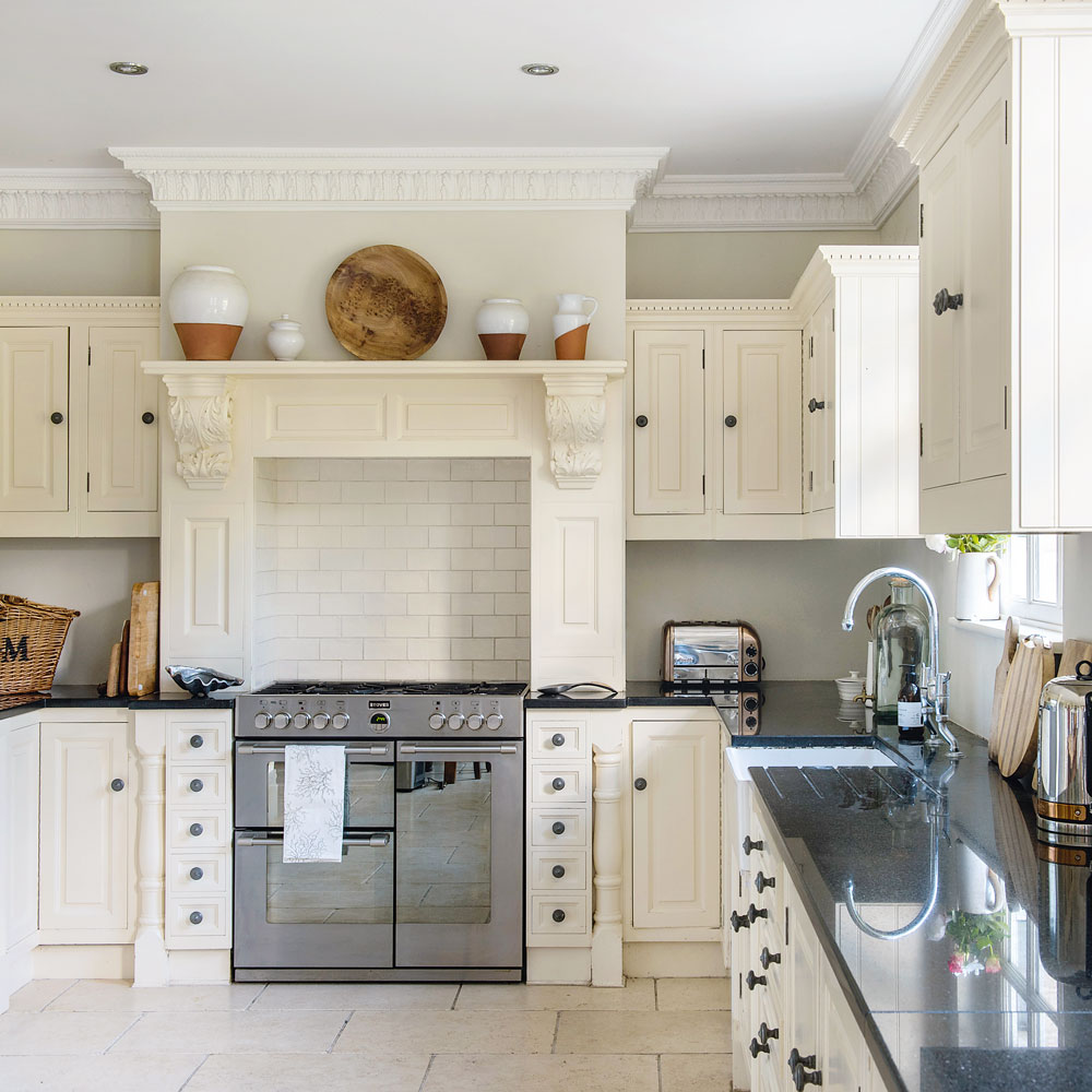 Traditional-kitchen-with-mantel-over-range-cooker-kitchen